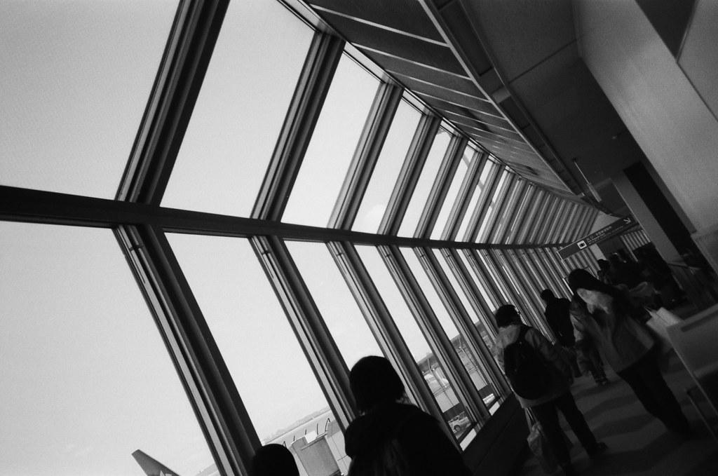 新千歲機場 Sapporo, Japan / Kodak TRI-X / Lomo LC-A+ 到了新千歲機場,在下飛機前腦子其實還有一點鈍鈍的,但是一走出來,我都天啊!  我記得有冷到,那時候還不是很清楚北國的冷是怎樣的冷,一直都想說應該只會像台北寒流在冷一點點這樣。  但,是真的很冷。  Lomo LC-A+ Kodak TRI-X 400 / 400TX 8561-0034 2016/01/31 Photo by Toomore