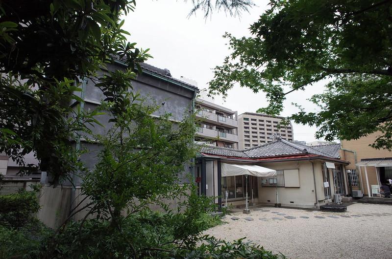 旧江戸川乱歩邸中庭から望む土蔵(幻影城)、母屋、洋館
