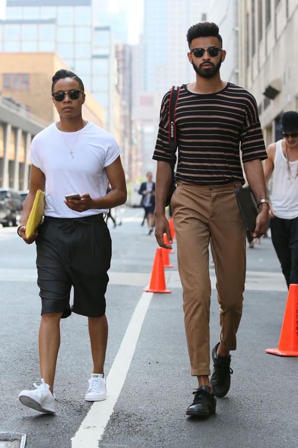 白無地Tシャツ×グレーハーフパンツ×スタンスミス&黒茶ボーダーTシャツ×ライトブラウンスラックス×黒スニーカー