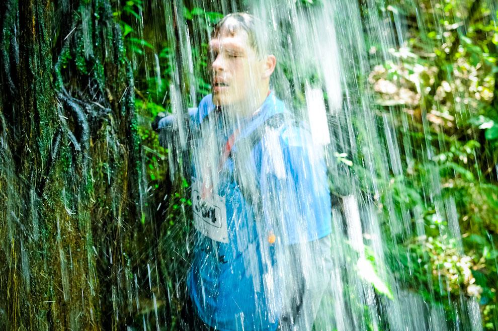 Un participante de la categoría de bicicleta de montaña, suspende su trayectoria para refrescarse con las aguas de una cascada, en el medio de un bosque cuyo alrededor era escenario de las más duras pruebas de ascenso y descenso con bicicletas. (Elton Núñez)