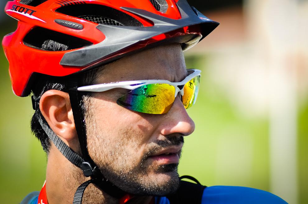 """Un ciclista equipado con casco y anteojos de sol polarizados, espera el momento para la salida en la categoría """"mountain bike"""" en la calurosa mañana en que se llevó a cabo la carrera Mandu'arã Light edición 2012. (Elton Núñez)"""