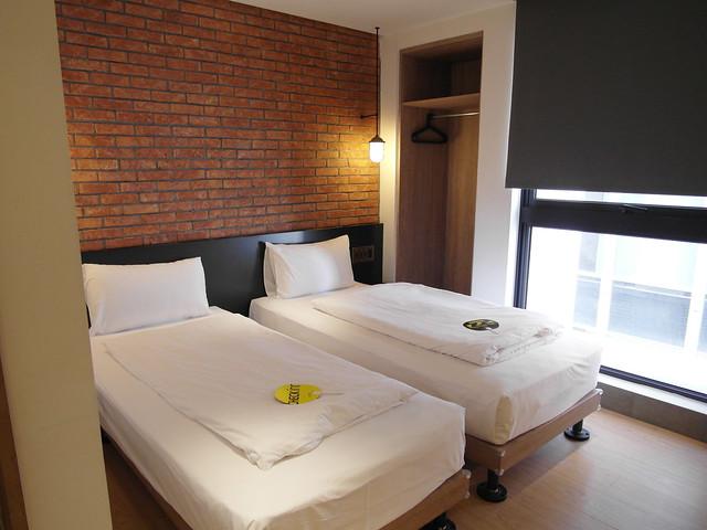 經典雙床房,衣櫃是沒有櫃門的@雀客旅館CHECK INN
