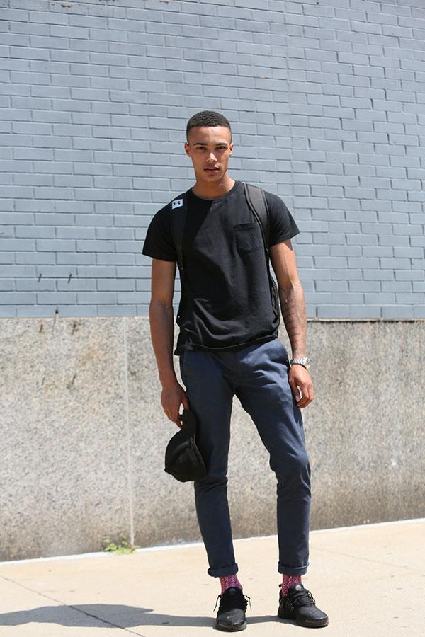 黒無地ポケットTシャツ×グレイッシュブルーチノパン×Nikeエアプレスト黒
