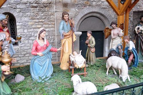 El Belén, junto a uno de los muros de la catedral, tiene figuras de tamaño real y una cuidad decoración. Mercado navideño de Mainz, uno de los más bonitos de Alemania - 8294275243 2bd7446269 - Mercado navideño de Mainz, uno de los más bonitos de Alemania