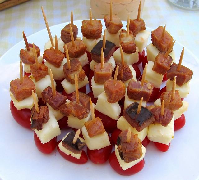 Tomate, queijo e bacon no palito