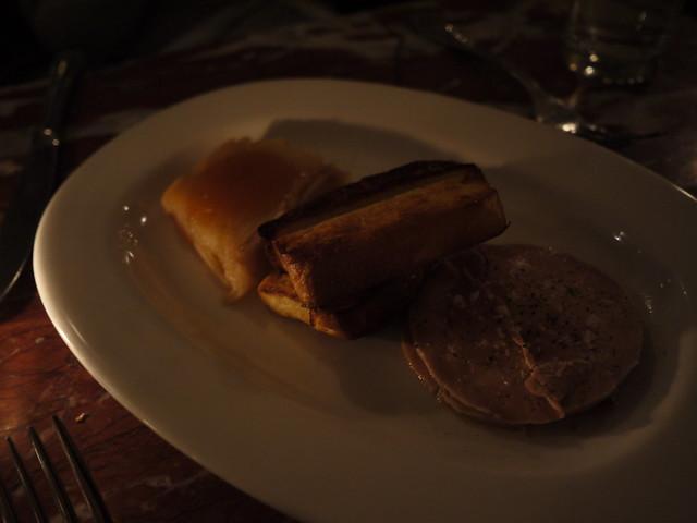 白切鴨肝配蘋果與油酥麵包