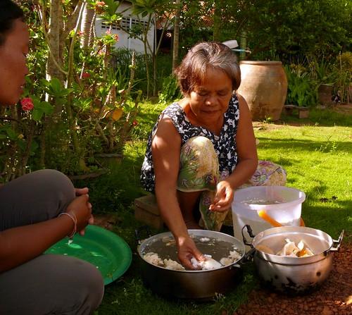 השכנה של המורה שלי בבורי ראם, שוטפת פטריות
