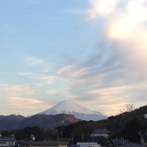 雨上がり、富士山も凛としております。