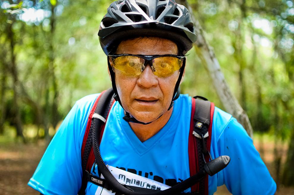 Un participante retoma la carrera a bordo de la bicicleta luego de marcar su llegada al puesto de control número 4. La humedad de la selva paraguaya más el calor extremo experimentado ese día causaba que los competidores traspiren y pierdan líquidos de una forma extraordinaria. (Elton Núñez)