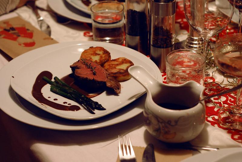türchen 18: rinderfilet mit chili-schokosauce & kartoffelplätzchen