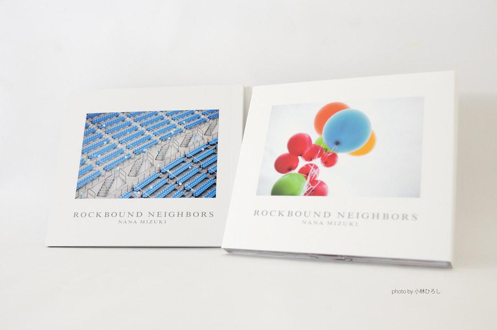 特典寫真本(左)、專輯CD+DVD(右)