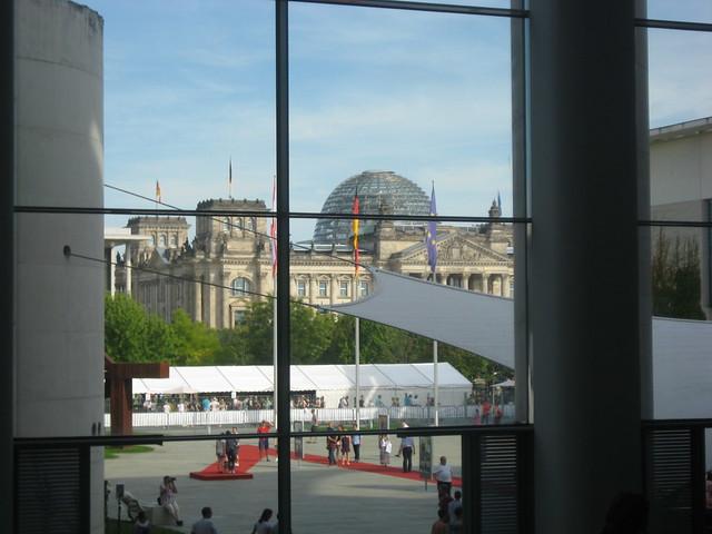 So (oder so ähnlich) guckt Angela Merkel auf den Bundestag