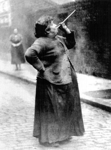 Mujer con una cerbatana haciendo las veces de despertador (Londres, 1931)