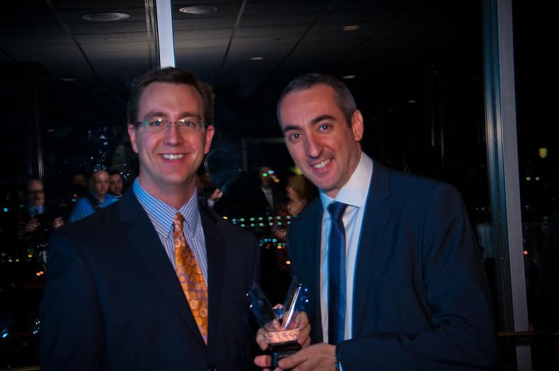 Xavier Dominguez recibe el Victory Award 2012 de manos de Chad Barth (Eventbrite)
