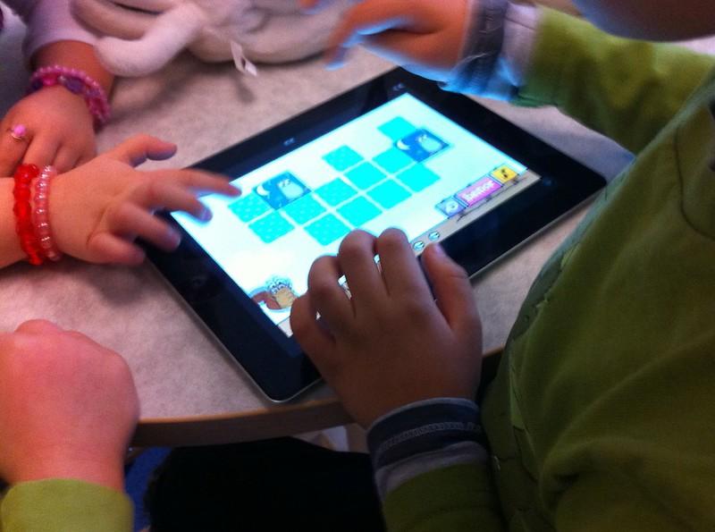 iPad_children_hands