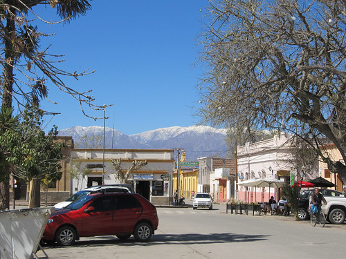 Cafayate: la Plaza San Martín et les sommets enneigés