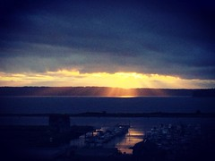 Glorious sun rays. #Everett #sunset #tgif #soleil #sol #sun #pnw #pnwonderland #whidbeyisland #portofeverett #everettsunsets #filterfun