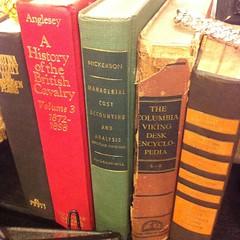 Книжки в витрине магазинчика. Интересный набор!