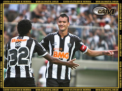 Ao lado de Jô, Réver comemora gol que garantiu vitória no clássico no Brasileiro.