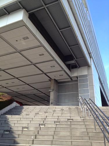 覆いかぶさるような特徴がある建物 by haruhiko_iyota