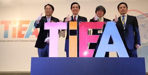 圖一:TIEA第一屆副理事長簡立峰(左一)、馬英九總統(左二)、TIEA第一屆理事長詹宏志(右二)、TIEA第一屆副理事長陳建銘(右一)共同宣誓台灣網路暨電子商務產業發展協會(TIEA)正式成立。