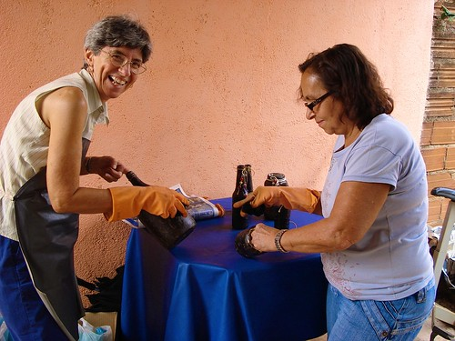 Real Conquista Project, Goiânia, Brazil. Margie Buttitta SSL giving instructions to women during an art and crafts class