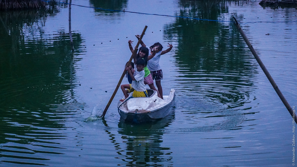 Филиппинские дети на лодке