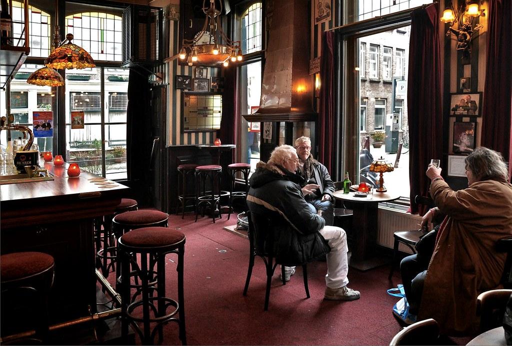 Dans un café brun d'Amsterdam.