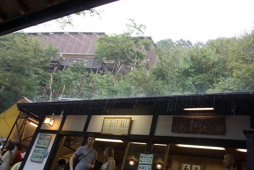 初時還是微雨, 幾分鐘後就變成大雨了