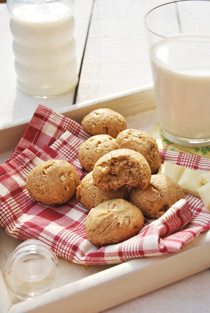 Rice, millet and white chocolate cookies