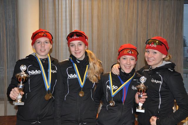 Op de foto de vier DNIJ-ers uit de gewestelijke selectie Overijssel. Vlnr Elisa Dul, Sanne in 't Hof, Sabien Wijsman en Iris Willemsen.