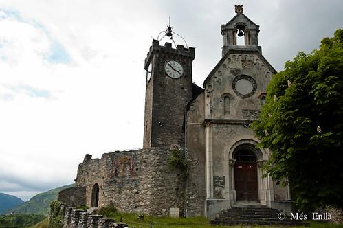 Iglesia y fortalez de Saint Beat, pueblo con encanto de los Pirineos de Francia