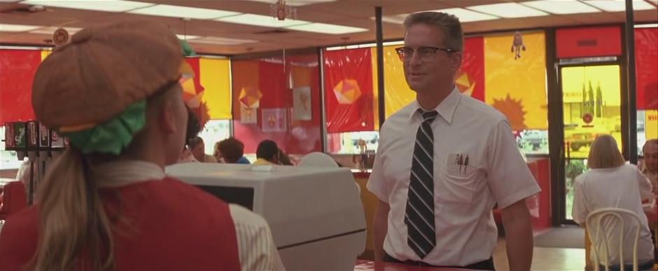 Fotograma de la peli Un día de furia, justo cuando Michael Douglas está a punto de liarla parda en la mítica escena de la hamburguesería
