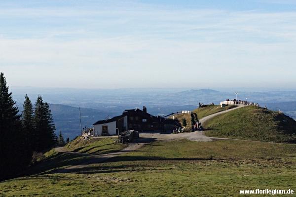 Blick über die Hörnlehütte ins bayerische Voralpenland