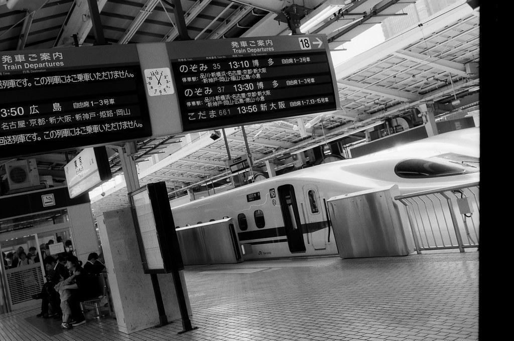 東京 Tokyo, Japan / Kodak TMAX / Nikon FM2 結束九天在京都的旅行,前往東京。  那時候東京是一個我一直很難回去的地方,實在有太多回憶容易碰觸到我無法控制的情緒。  但還是得回去,最後讓自己在每個回憶一一告別。  Nikon FM2 Nikon AI AF Nikkor 35mm F/2D Kodak 100 TMAX Professional ISO 100 1273-0040 2015/09/30 Photo by Toomore