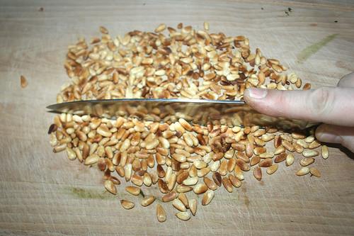 35 - Pinienkerne grob zerkleinern / Mince pine nuts