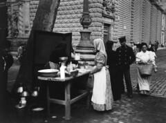 Crèdit foto: Ballell, Frederic/Arxiu Fotogràfic de Barcelona: Parada de llet acabada de munyir a la Rambla.