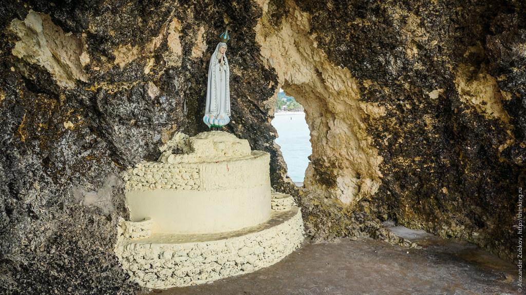 Пещера со статуей Девы Марии на Боракае