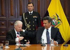 Vicepresidente condecoró a Joseph Occhipinti por apoyar a policías con discapacidad de Ecuador