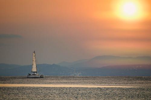 ocean sea españa sun sol sailboat sunrise atardecer mar andalucía spain catamaran andalusia gibraltar cádiz strait estrecho velero d300 itsasoa eguzkia ilunabarra tamron70300mm nikond300
