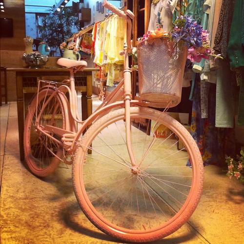 bicicleta na vitrine - empório life