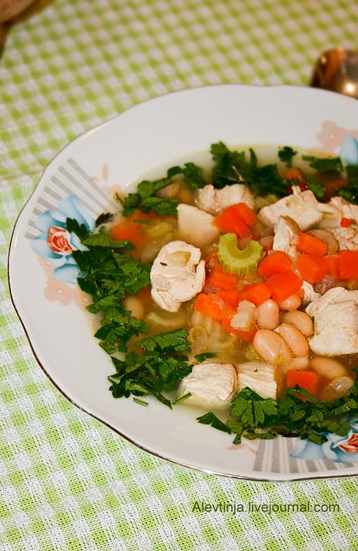 густой суп с курицей и фасолью