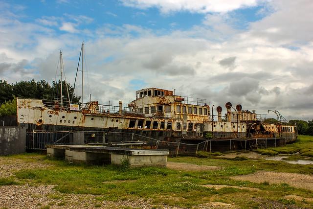 Barco encallado en la isla de Wight