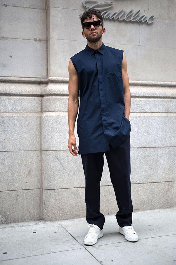 黒ノースリーブTシャツ×黒パンツ×白スニーカー