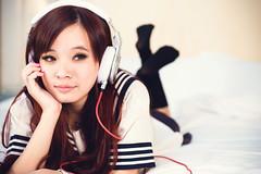 [フリー画像素材] 人物, 女性 - アジア, 台湾人, 音楽, ヘッドホン・イヤホン, 学生, セーラー服, 頬杖 ID:201303011400