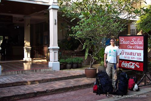 Con las mochilas esperando el transporte al aeropuerto
