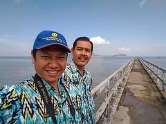 Foto bareng bersama Pak Kurniadi #pantai #kijing   Foto keren ini dihasilkan dengan #zenfone #asus #zenfoneselfie
