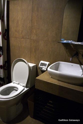 isuites-sake-room-bath.jpg