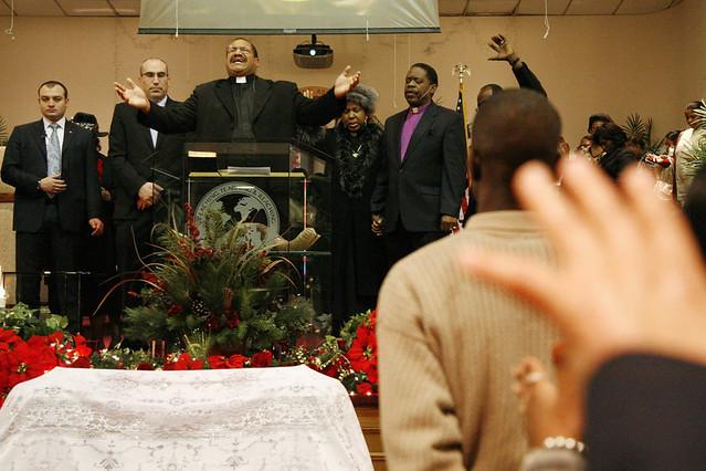 Momento de cánticos en una misa Gospel en el barrio de Harlem en Nueva York
