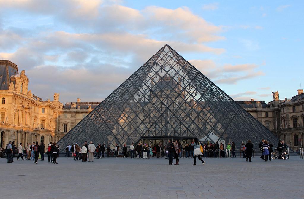 Glaspyramide vor dem Louvre